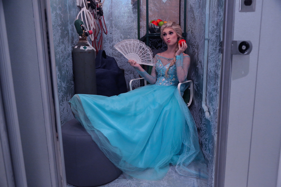 Frozen S Elsa Lookalike Anna Faith Poses In Dress And