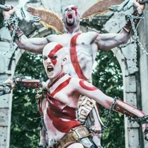 Epic female and male God of War Kratos cosplay is epic