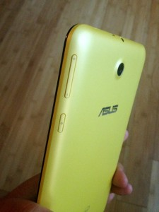 asus memo pad 7 yellow backside with volume button