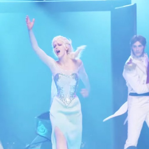 Elsa cosplayer transforms to Snow Queen in epic Frozen skit