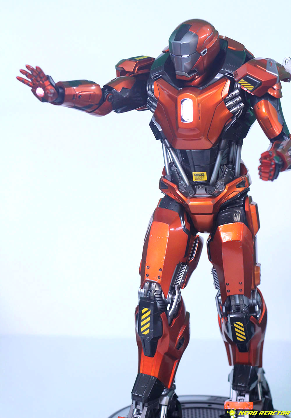 Hot Toys Sideshow Iron Man Peacemaker - 22