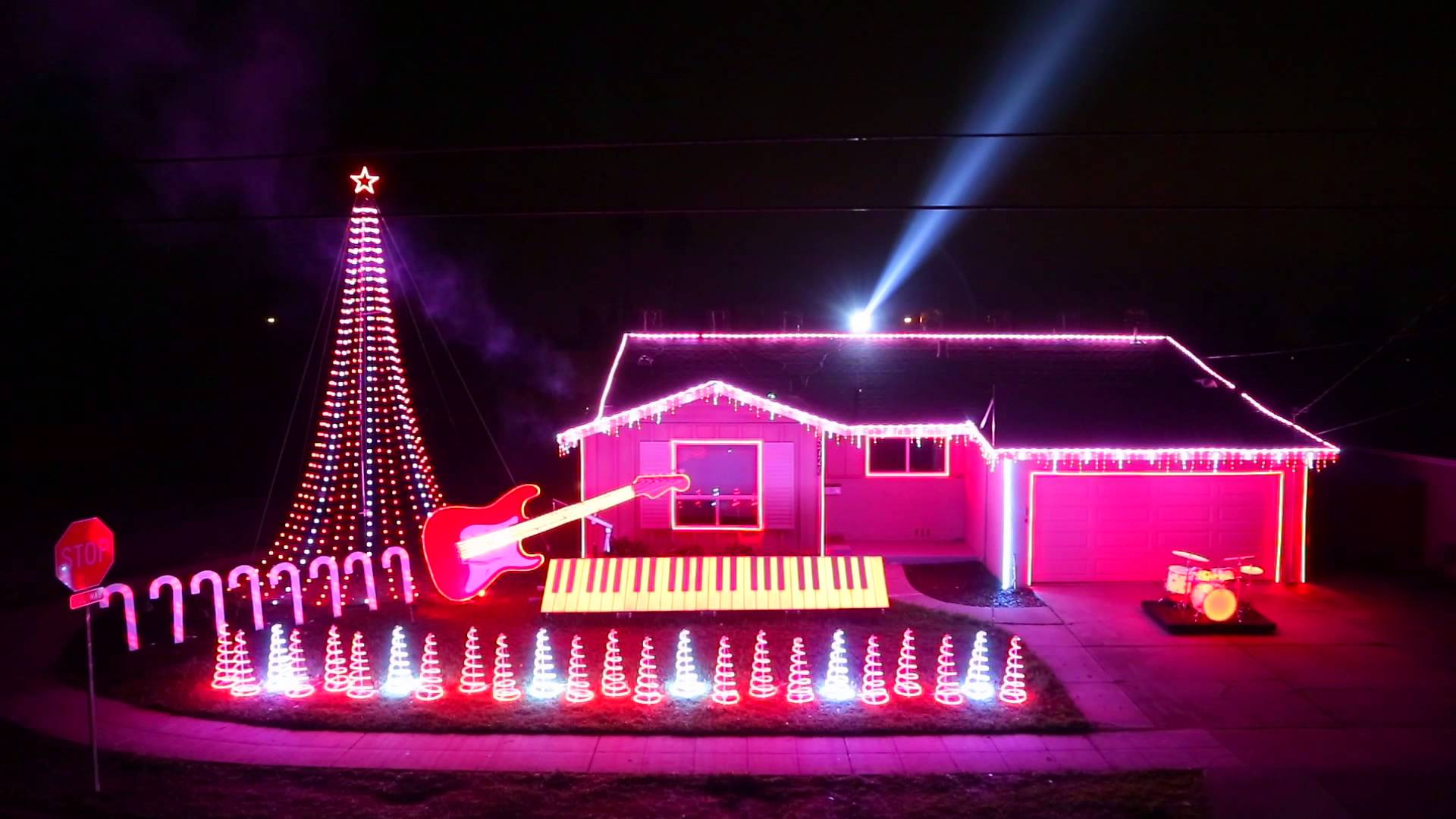 House turns into epic Star Wars Christmas Lights show - Nerd Reactor
