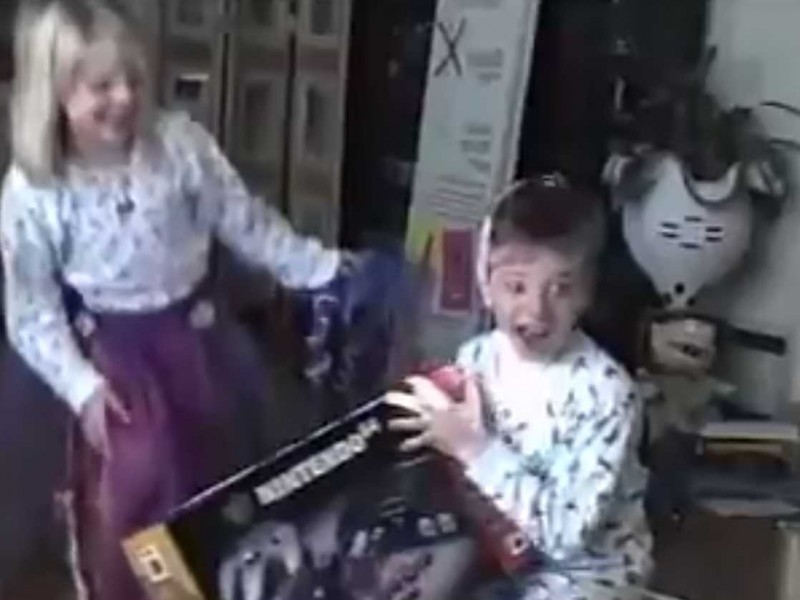this-kid-totally-freaked-out-when-he-got-a-nintendo-64-for-christmas-in-1996