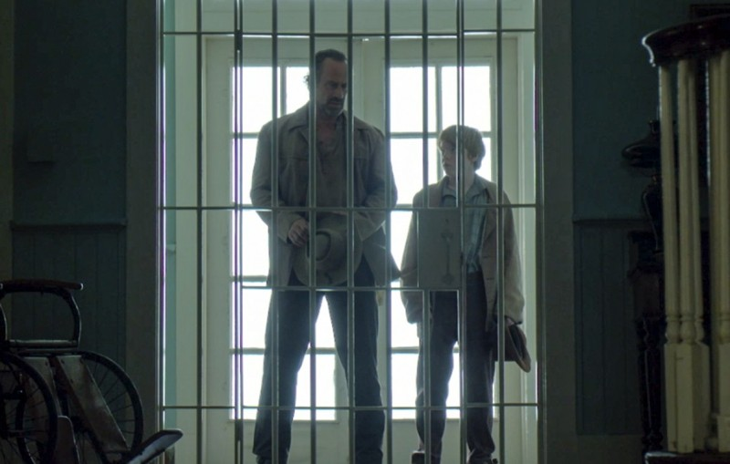 August-Pullman-Christopher-Meloni-and-Ben-Pullman-Brady-Permenter-at-the-gates-of-the-hospital