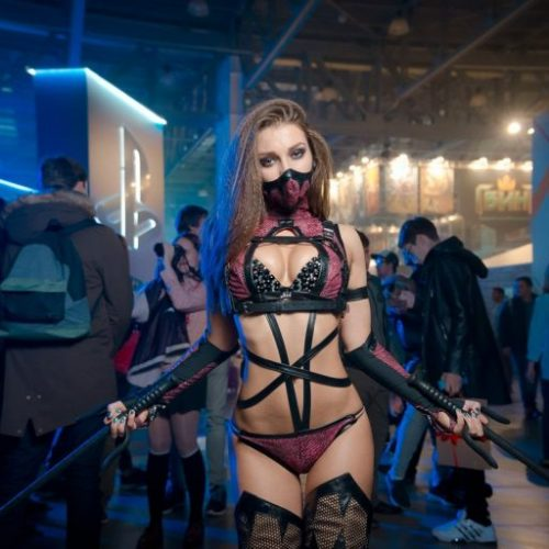 Tanya Korobova does amazing Kitana and Mileena cosplay
