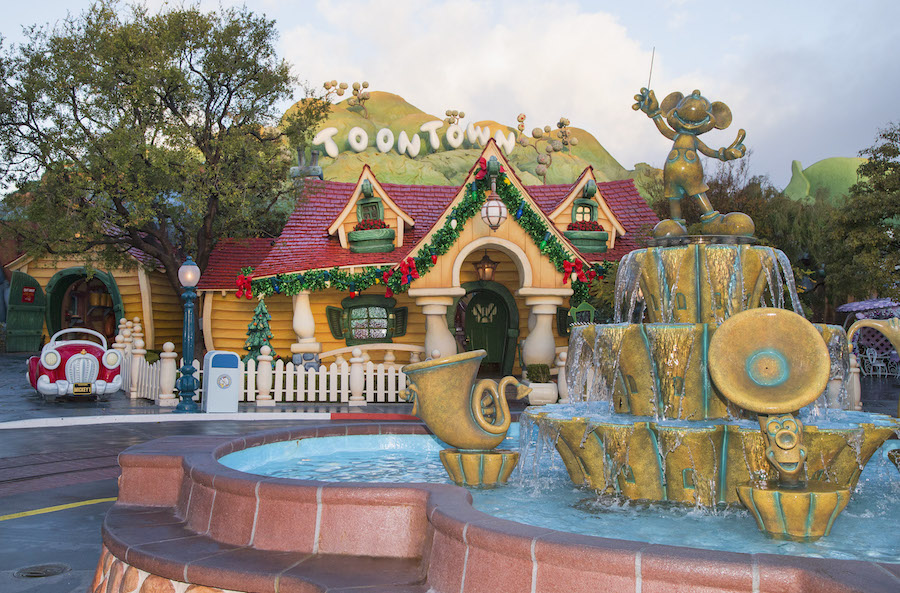 Disney Holidays, holidays, Christmas, Mickey's Toontown, Toontown, Mickey's House, Mickey Mouse, Mickey, fountain